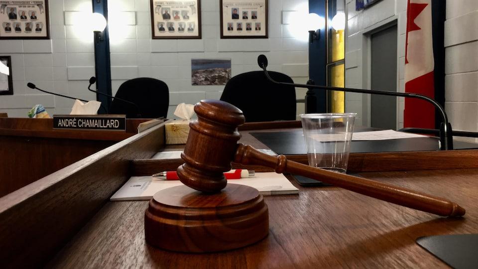 Un maillet trône sur le bureau du juge.
