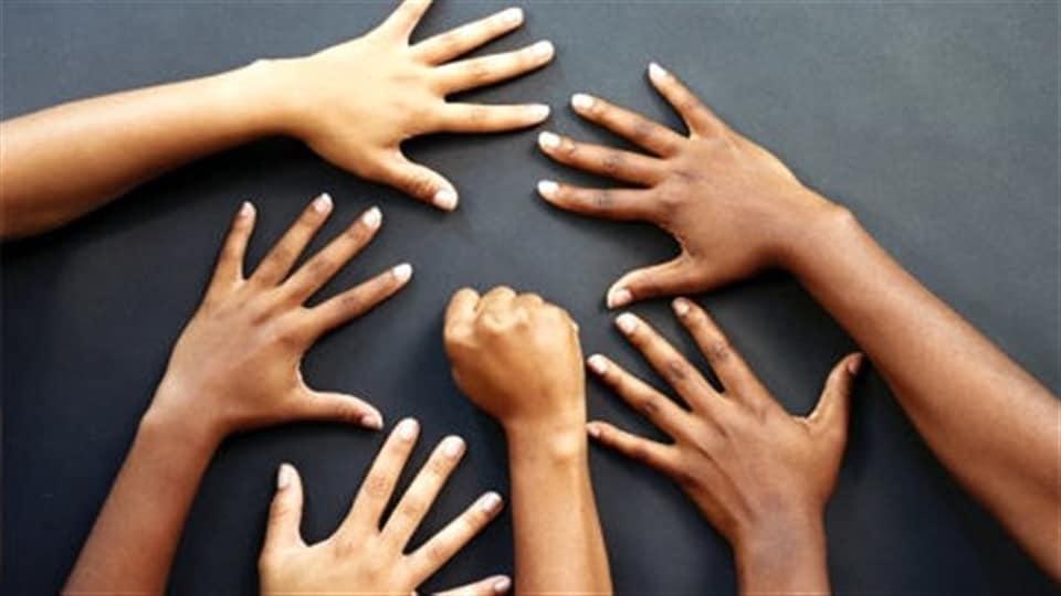 Des mains.