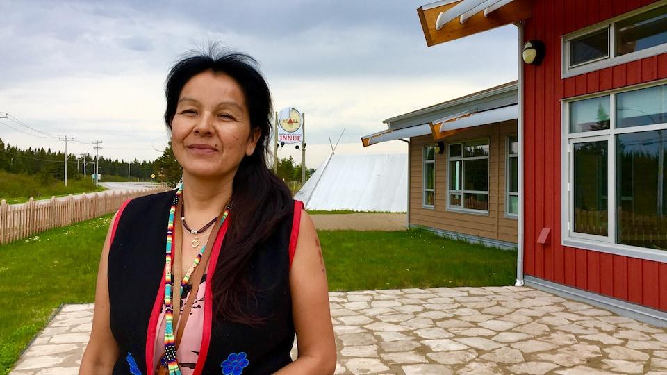 La coordonnatrice Rita Mestokocho devant la Maison de la culture innue à Ekuanitshit, Mingan.
