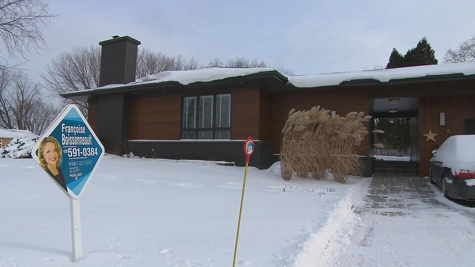 Une maison à vendre en hiver.