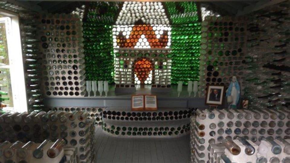 Intérieure de la chapelle fabriquée en bouteilles.