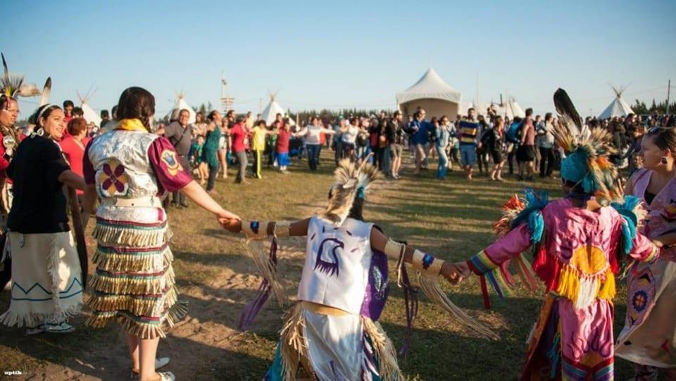 Un makushan se déroule sur le site du festival Innu Nikamu.