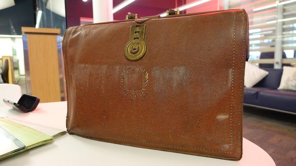 Une mallette ancienne brune en cuir.