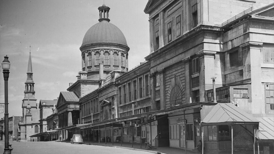 Photo en noir et blanc de la façade et du dôme de l'édifice.