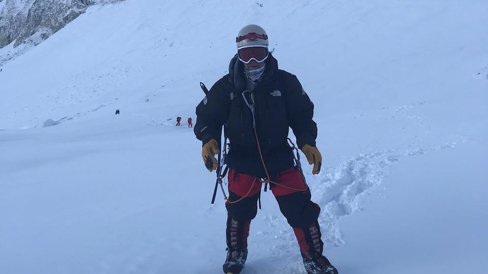 Des alpinistes sont derrières Mario Cantin