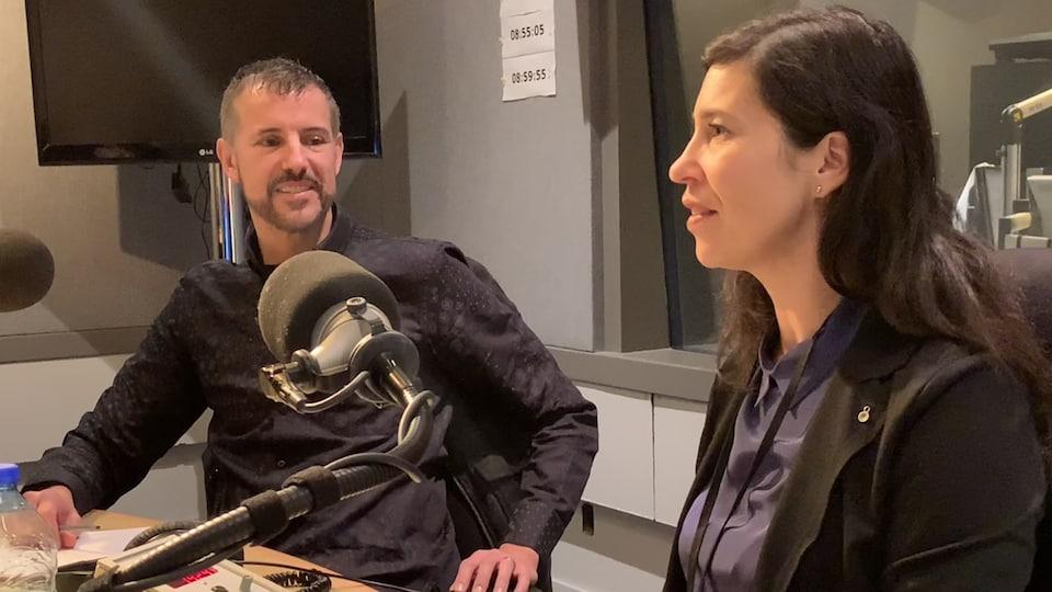 Un homme (Mark Bochsler) et une femme (Sandra Leuba) dans un studio radio de Radio-Canada.