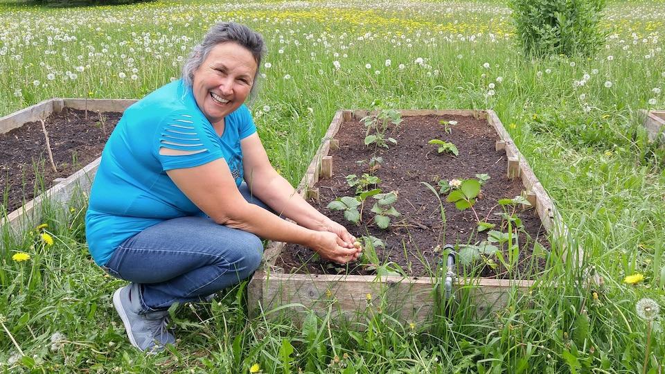 Marthe Laverdière près des jardins urbains de la station de Radio-Canada à Saguenay.