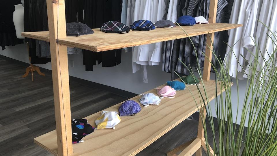 Des masques colorés disposés sur une étagère.