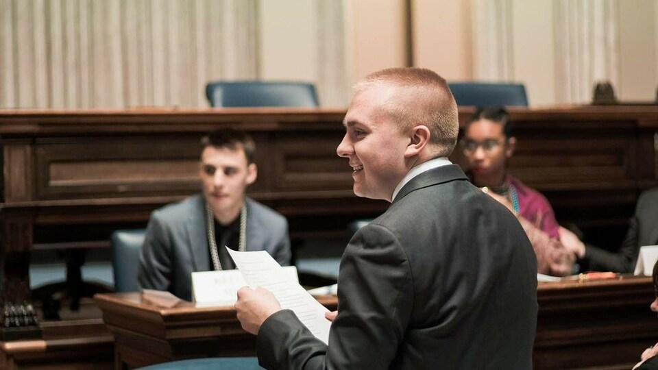 Mathieu Jubinville, jeune citoyen passionné de la politique lors d'un Parlement jeunesse franco-manitobain.
