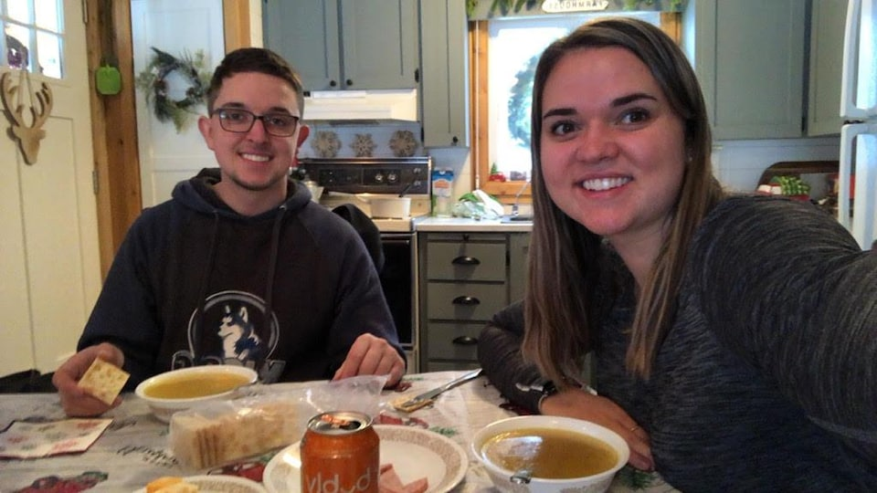 Karl Gendron et sa soeur Audrie sont assis à table et partagent un repas.