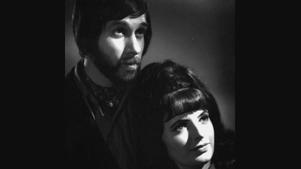 Photo promotionnelle prise en 1972 du duo The Rainvilles.