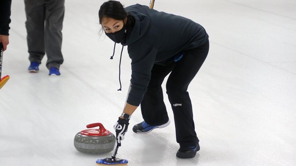 Oye-Sem Won est sur la patinoire, habillée en noir, en pleine action.