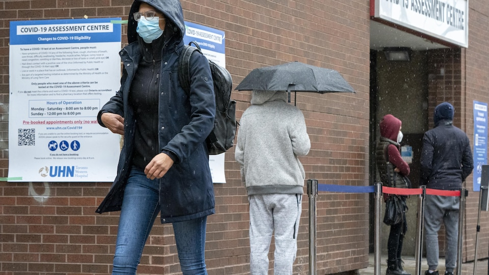 Une personne sort d'un centre de dépistage de la COVID-19 à l'Hôpital Western de Toronto.