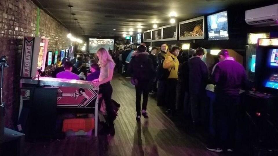 Des partisans de jeux vidéos dans le bar Freeplay, à Toronto.