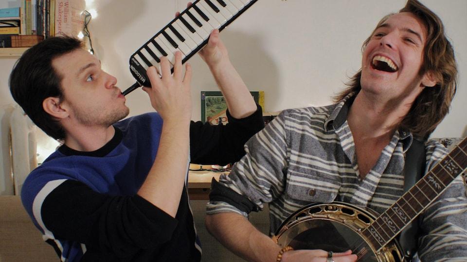 Eudes La Roche-Francoeur et Russel Niessen (au banjo), membres de la troupe musicale Smile Theatre.
