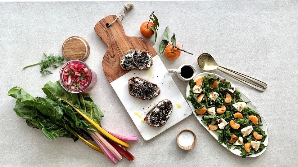 3 recettes à base de bette à carde : tiges de bettes à carde marinées, tartines de bettes à carde au chèvre et une salade de bette à carde, quartiers de clémentine et mozzarella.