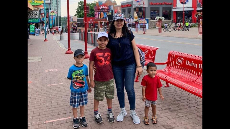 Indira Sayfieva pose avec ses trois fils,