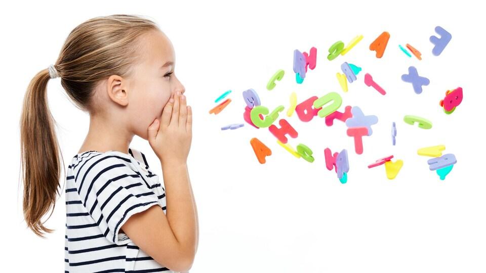 Une petite fille parle de profil et son discours est illustré par des lettres de l'alphabet colorées.