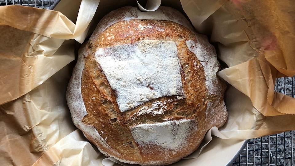 Une miche de pain de campagne.