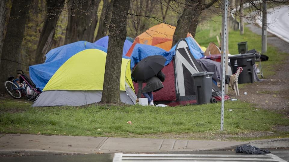 Des tentes installées près d'un viaduc à Toronto.
