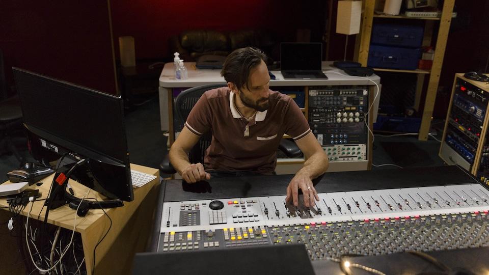 Matthieu Damer en studio de musique.
