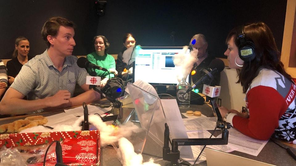 Maxime Barbier est en entrevue avec l'animatrice radio, Marie Villeneuve.
