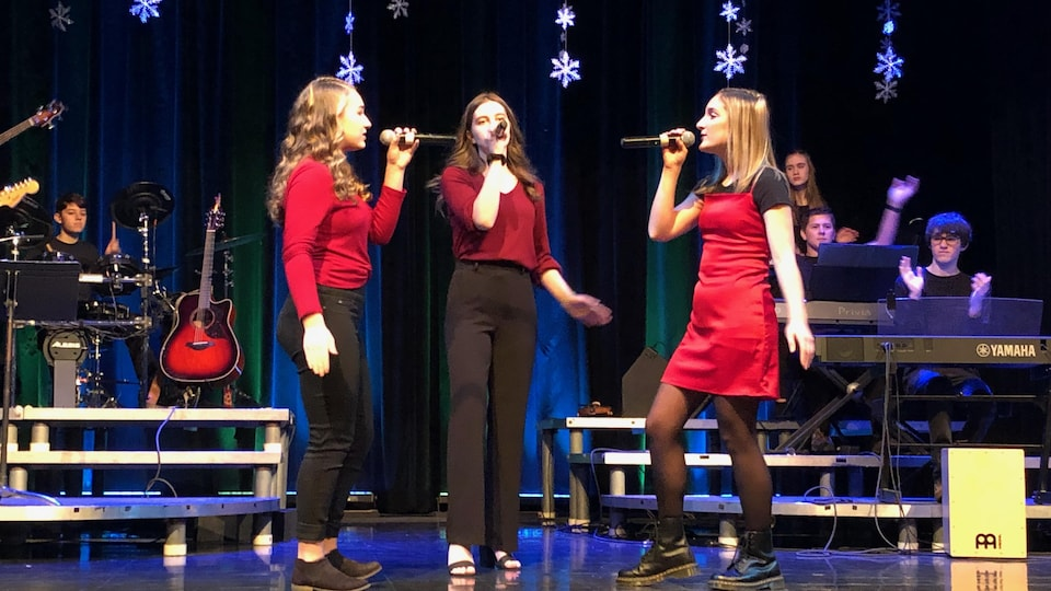 Des élèves de l'école secondaire catholique Algonquin de North Bay ont présenté leur spectacle Café chantant annuel.