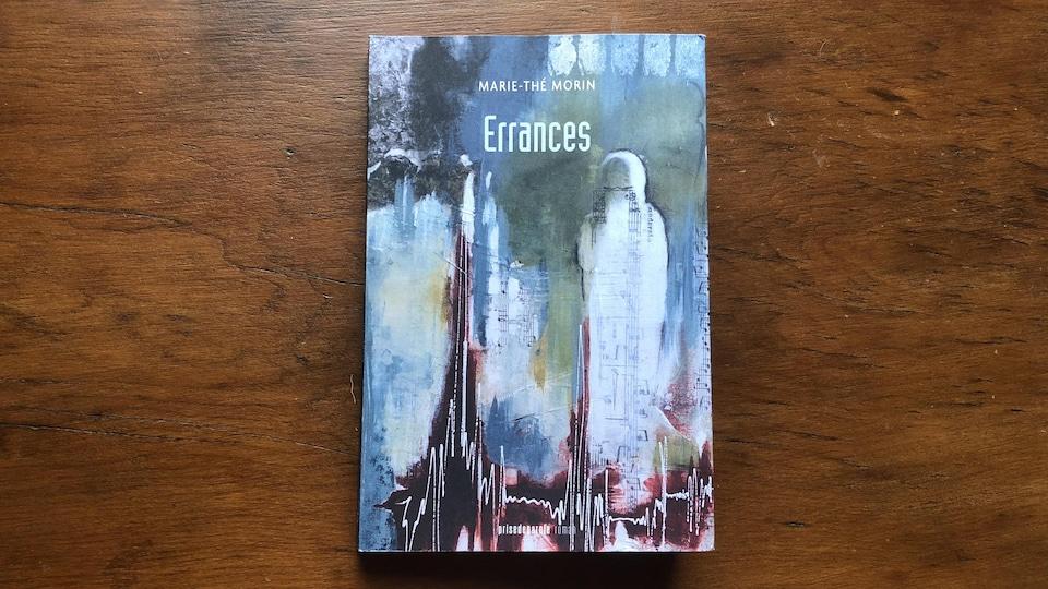 Page couverture du roman; silhouette d'un corps humain dans un paysage collage et aquarelle avec fragments de notes de musique
