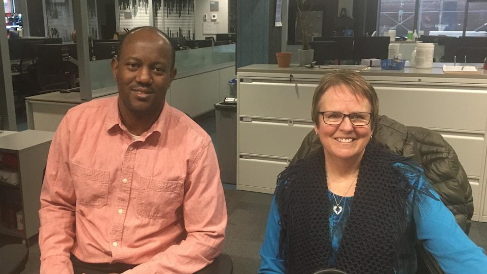 François Nzotungwanimana et Suzanne Tessier dans les studios de Radio-Canada, à Sudbury