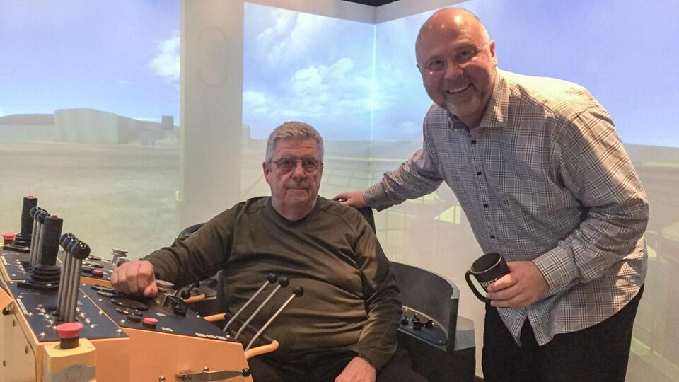 Tom White et Hugh Kruzel dans un des simulateurs de NORCAT