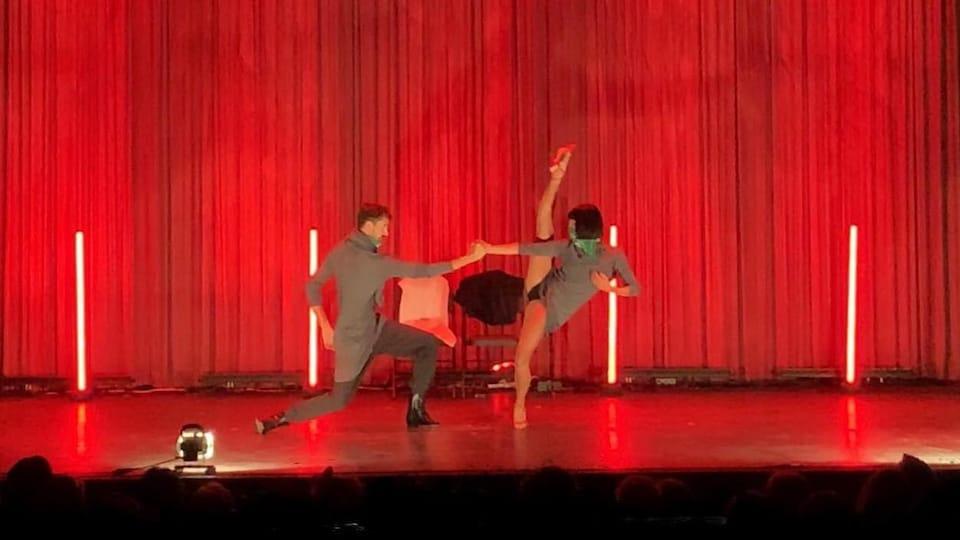 Deux danseurs en spectacle sur la scène d'un théâtre