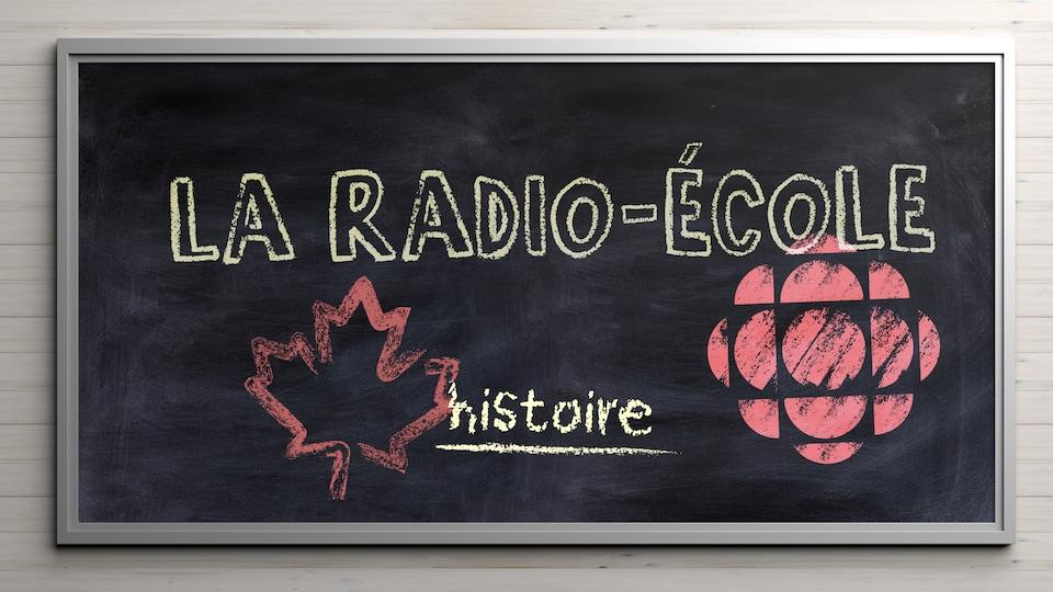 Une feuille d'érable et un logo de Radio-Canada dessinés à la craie accompagnent le titre de la radio-école sur un tableau noir d'école.