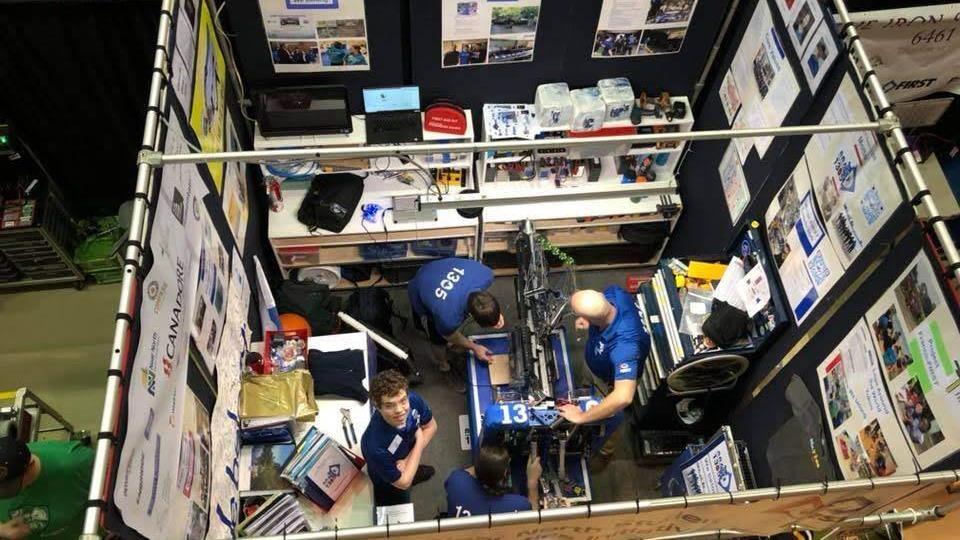 Vue de haut sur l'équipe et le robot.
