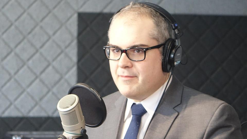 Serge Miville en studio à Radio-Canada Sudbury.