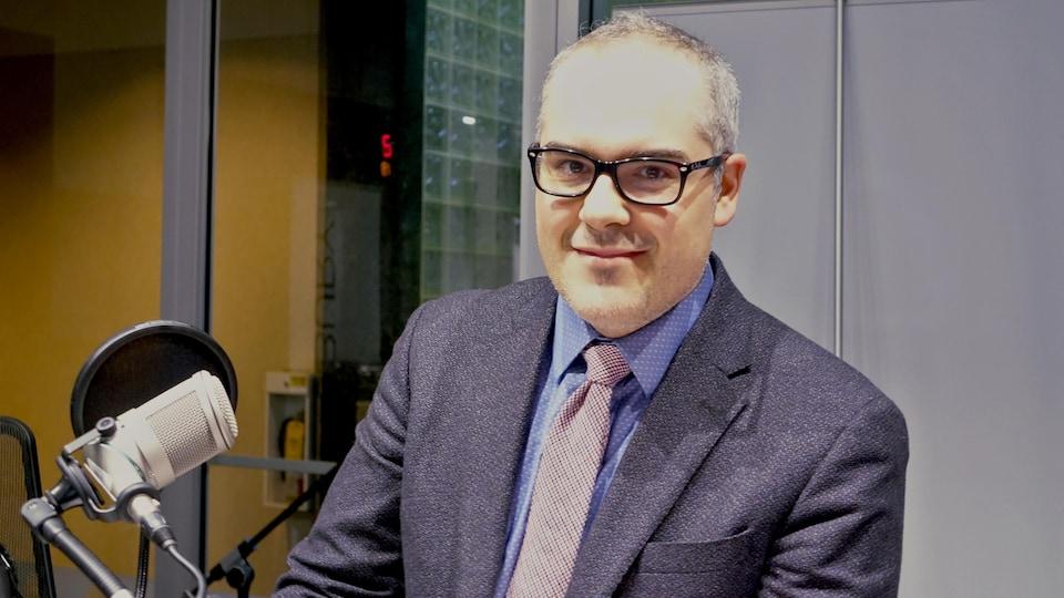 Le professeur adjoint au département d'histoire de l'Université Laurentienne aux studios de Radio-Canada à Sudbury