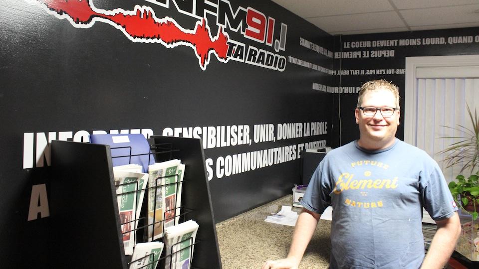 Steve McInnis dans les bureaux de la radio communautaire CINN FM, à Hearst