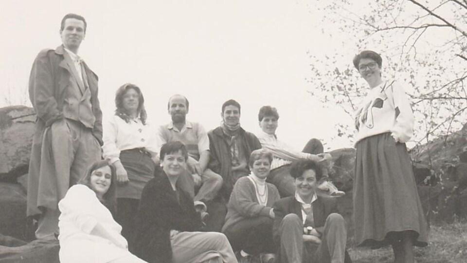 Dix personnes posent devant un des rochers typiques de la région de Sudbury