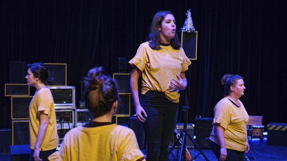 Quatre comédiennes sur scène, entourées d'équipement musical