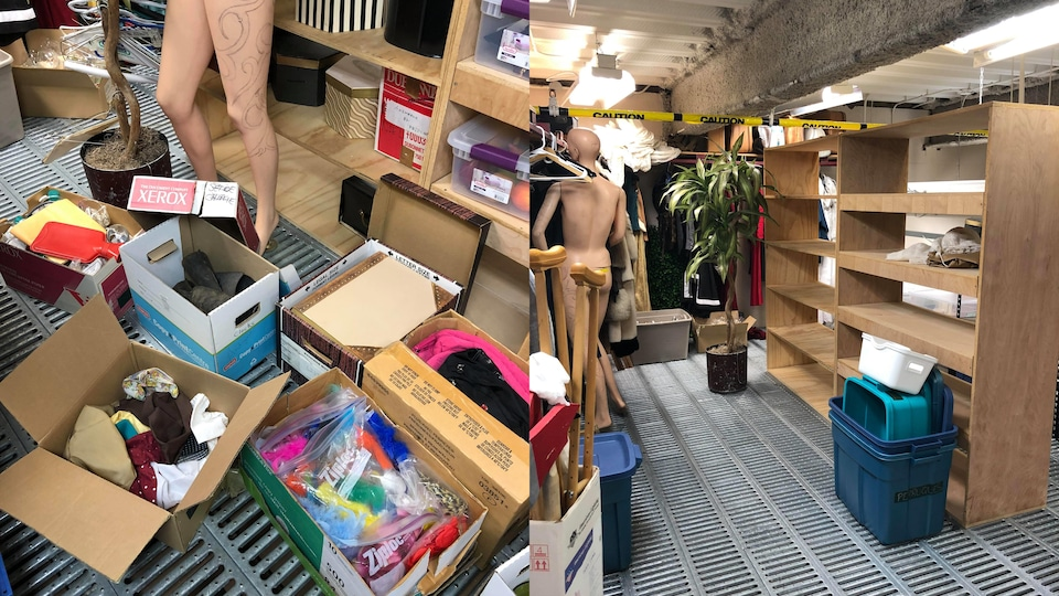 Plusieurs boîtes pleines d'objets hétéroclites dans une remise gréée, entre autres, d'un mannequin à la jambe tatouée.