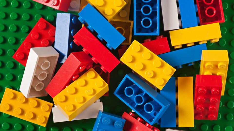 Des blocs Lego sont mélangés.