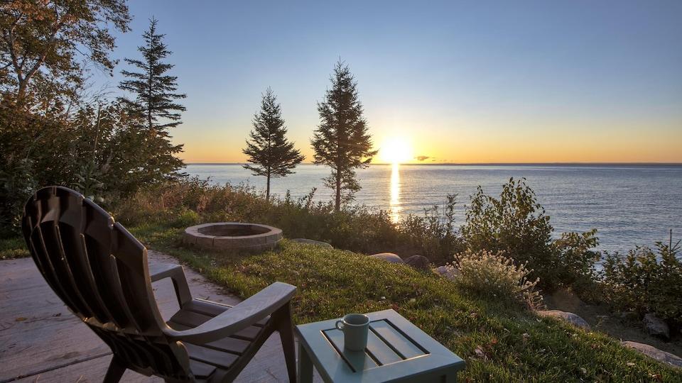 Un paysage de coucher de soleil sur la mer se dresse à l'horizon.