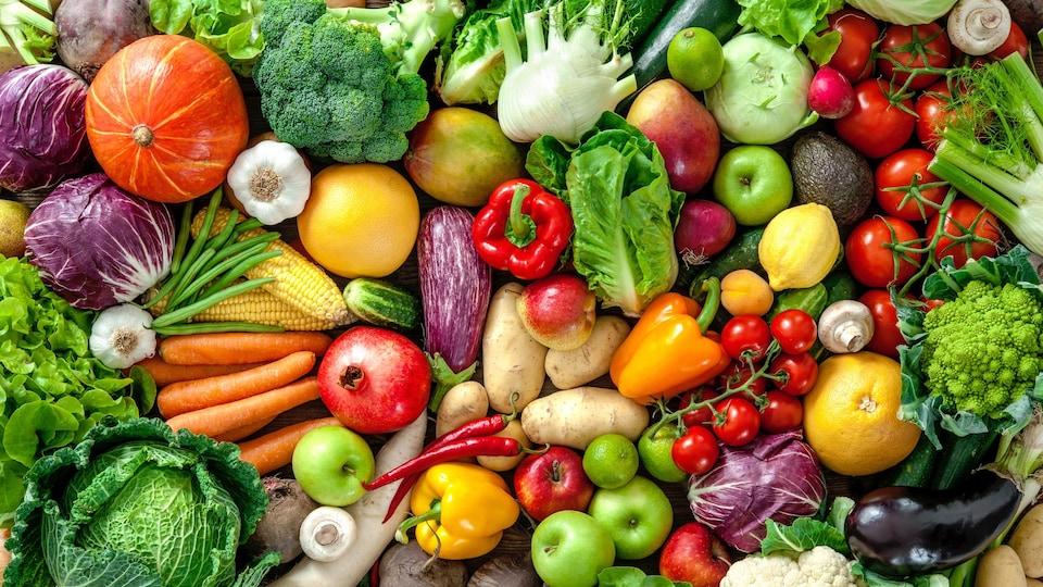 Un assemblage de fruits et de légumes frais.
