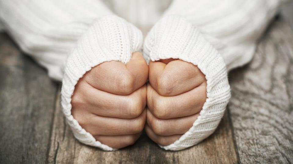 Une personne porte un chandail épais pour se protéger du froid.