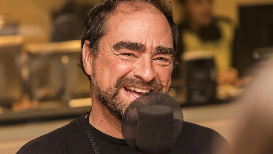 L'auteur et dessinateur Michel Rabagliati sourit en studio.