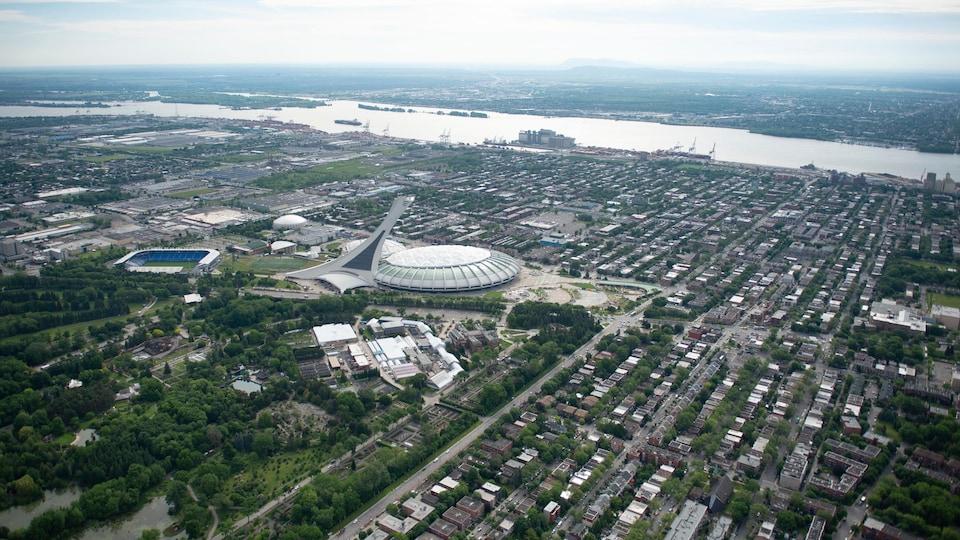 Vue aérienne du stade olympique de Montréal et d'une partie du quartier Hochelaga-Maisonneuve