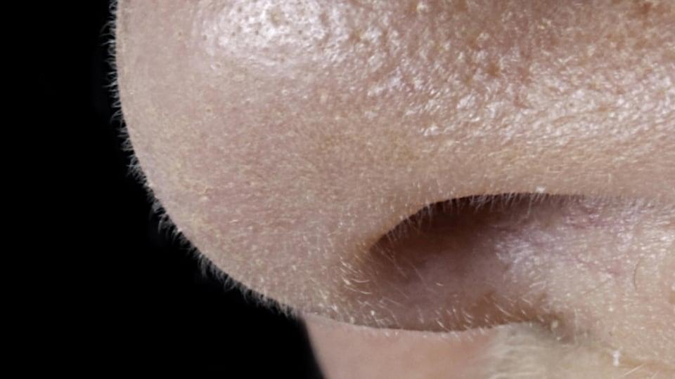 Le nez d'une personne pris en gros plan.