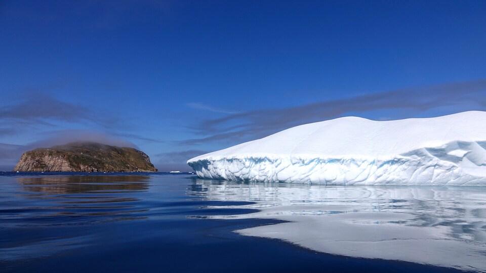 Un glacier dans la baie d'Iqaluit, au Nunavut.