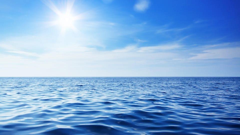 Un océan est illuminé par le soleil.