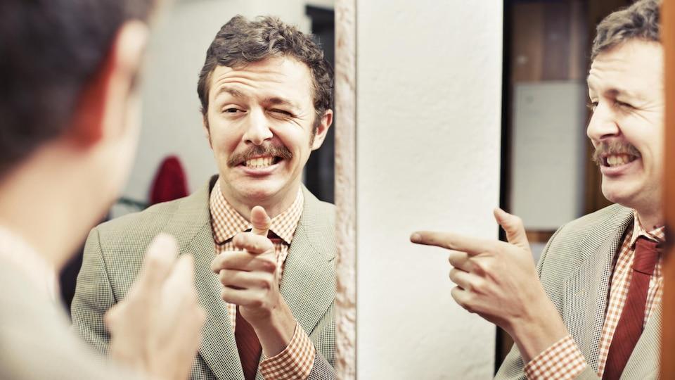 Une personne se regarde dans le miroir.