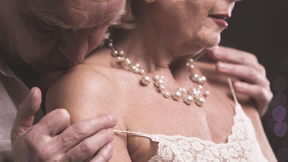 Deux personnes âgées partagent un moment de tendresse.